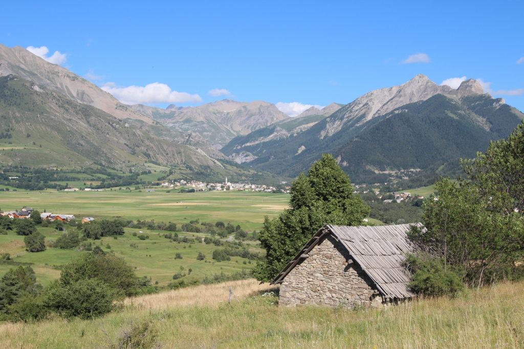 vue de loin Ancelle Mairie Champsaur Valgaudemar Hautes Alpes Ancelle Station
